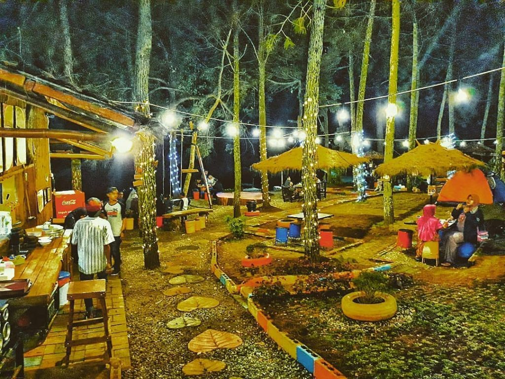 Lokasi dan Daftar Harga Menu Café Taman Pinus Jalibar Batu, Serunya Menikmati Kopi Ditengah Hutan Pinus