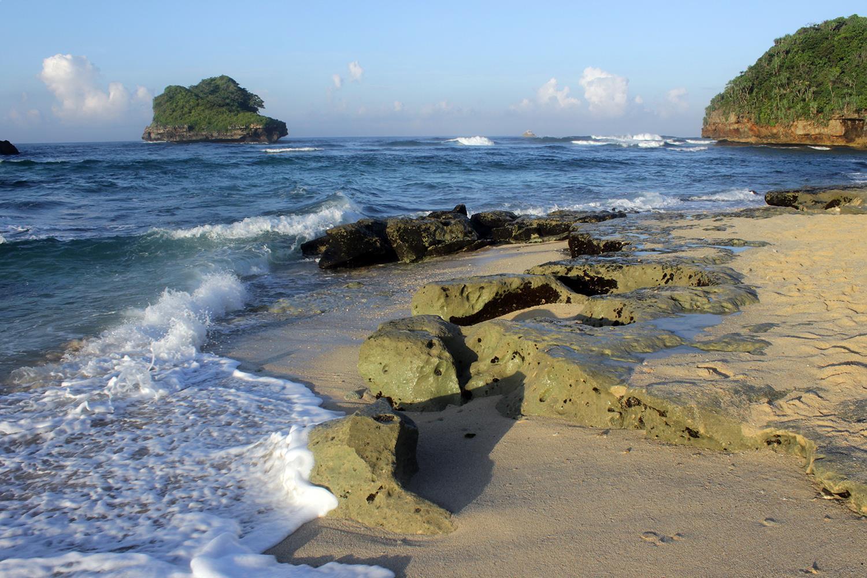 Lokasi Dan Harga Tiket Masuk Pantai Goa Cina Malang Menikmati Keindahan Sunrise Yang Sangat Mempesona Daka Tour