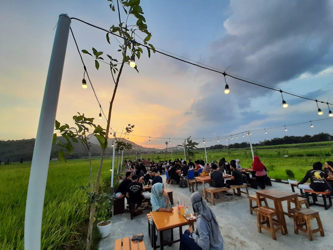 Jam Buka dan Lokasi Cafe Sap Kediri, Serunya Ngopi Sambil Menikmati Keindahan Senja